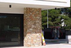 Pilar de piedra natural