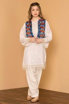 13 30 Ideas On How To Wear White Shalwar Kameez For Women Source by clothes pakistani Fancy Dress Design, Girls Frock Design, Stylish Dress Designs, Designs For Dresses, Simple Kurta Designs, Kurta Designs Women, Pakistani Fashion Party Wear, Pakistani Outfits, Party Fashion