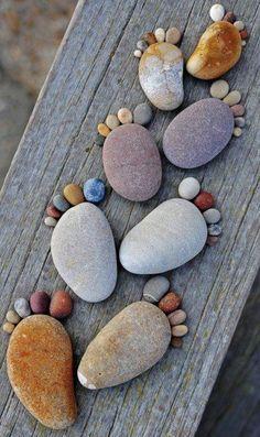 Footprints...me encanta la idea para cuando nazcan mis sobrinos, mis hijos; las imagino como un recuerdo de la fecha de nacimiento, sus huellitas en el jardín.