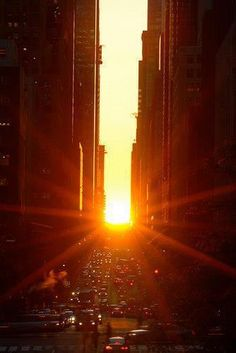 Manhattanhenge - Sun aligns with the streets of New York