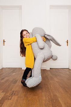 Giant crochet Bunny - pattern here (german) http://initiative-handarbeit.de/anleitungen/haekelhase-lenny/