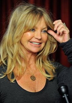 Tuck Updo with a Big Bouffant Medium Long Hair, Medium Hair Styles, Long Hair Styles, Mom Hairstyles, Pretty Hairstyles, Beauty Tips For Hair, Hair Beauty, Goldie Hawn Kurt Russell, 60s Hair