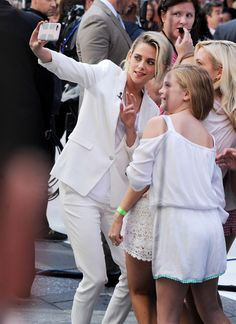 Kristen and her fans! Christine Stewart, Kristen Stewart Fan, Kirsten Stewart, Nikki Reed, John Stewart, Kate Middleton Dress, Fall Fashion Outfits, Millie Bobby Brown, Beautiful Celebrities