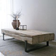 Salontafel 'Solid' is een industriële salontafel met een combinatie van oud, natuurlijk verweerd hout en een stalen frame. Deze tafels worden handgemaakt.