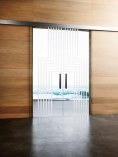 Doppia porta scorrevole esterno muro Classic, linea Vitra, vetro trasparente, decoro sabbiato Labirinto 1 e 1A firmato da Alessandro Mendini, doppio maniglione HG400 cromo satinato, mantovana in finitura alluminio.