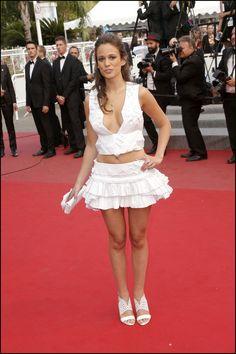 """Lucie Lucas dans sa robe Antonelle - Montée des marches du film """"Sicario"""" lors du 68e Festival International du Film de Cannes, le 19 mai 2015."""