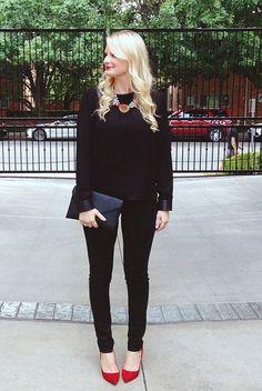 Jeans et chandail noirs. Pop de couleur aux chaussures. Beau collier. Simple, chic et confortable!
