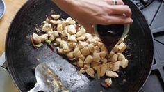 Julia Moskin del New York Times cucina il pollo Gong Bao con peperoncini piccanti e arachidi. La ricetta è presa daEvery grain of rice, di Fuchsia Dunlop. Leggi