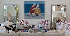 O quadro do artista plástico Gustavo Rosa, na parede do living, dá o tom bem-humorado da decoração. A obra é ladeada por amplos espelhos bisotados que se combinam aos estofados de cores claras e ao tapete listrado. Para dar um ar mais praiano à decoração da Casa Tabatinga, a arquiteta Selma Tammaro escolheu almofadas com estampas de corais e esculturas que remetem ao mar