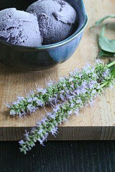 I Scream, You Scream... - Blueberry-Hyssop Ice Cream - Crumb: A Food Blog Blauwe bessen ijs...ziet er heel mooi uit!