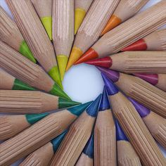Circular arrangement of colored pencils World Of Color, Color Of Life, Image Crayon, Satisfying Pictures, Rainbow Aesthetic, Coloured Pencils, Happy Colors, Over The Rainbow, Rainbow Colors