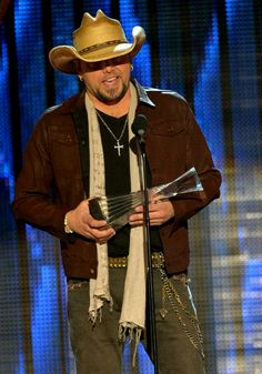 Jason Aldean winning artist of the year 2013 for the 4th time in a row