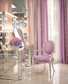El closet: La silla está delante del espejo!