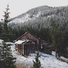 Little cabin in the woods. Cabin Homes, Log Homes, Cabana, Ideas De Cabina, Cabin In The Woods, Cozy Cabin, Winter Cabin, Winter Art, Winter Snow