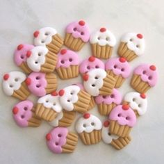 cupcake buttons made from polymer clay Crea Fimo, Fimo Clay, Polymer Clay Charms, Polymer Clay Projects, Polymer Clay Art, Clay Crafts, Polymer Clay Jewelry, Polymer Clay Sweets, Diy Buttons
