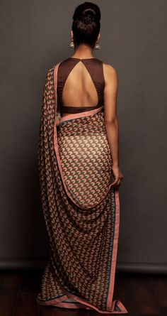 love the back brown sari saree blouse Choli Designs, Sari Blouse Designs, Saree Blouse Patterns, Indian Attire, Indian Ethnic Wear, Indian Style, Indian Dresses, Indian Outfits, Indian Clothes