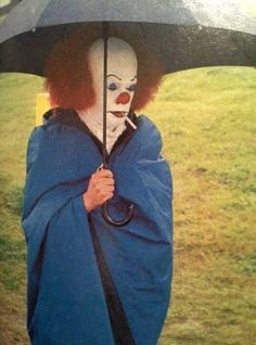 """Tim Curry (as the evil clown 'Pennywise') taking a smoke break in the rain during the filming of Stephen King's """"It"""" Scary Movies, Horror Movies, Stupid Memes, Funny Memes, Hilarious, Memes Humor, Funny Laugh, Reaction Pictures, Funny Pictures"""