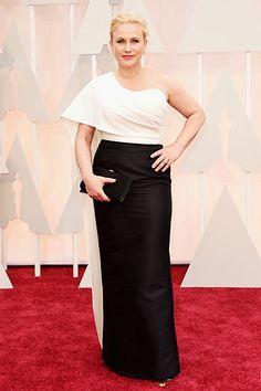 Oscar-Gewinnerin Patricia Arquette zeigte sich auf dem roten Teppich in einem weiß-schwarzen Kleid von Rosetta Getty. Mehr Oscar-Looks: http://www.red-carpet.de/fashion-beauty/oscars-2015-cumberbatch-tatum-stars-auf-rotem-teppich-bilder-201549565