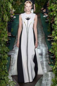 Средневековый образ красоты и идеальной женственности, воспетый прерафаэлитами, нашел отражение в новой коллекции Valentino haute couture осень-зима 2014-2015