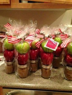 Cute Christmas gift for neighbors and friends! Homemade caramel in mason jars with apples. Cute Christmas gift for neighbors and friends! Homemade caramel in mason jars with apples. Homemade Christmas Gifts, Christmas Goodies, Christmas Treats, Christmas Fun, Holiday Fun, Holiday Ideas, Xmas Ideas, Christmas Baskets, Fall Gift Baskets