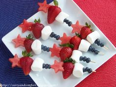 Being healthy doesn't mean cutting out treats altogether. These fruit kebabs are bright, colourful, and look delicious too! by aracisgon Cute Food, Good Food, Yummy Food, Delicious Recipes, Fruit Skewers, Kabobs, Dessert Skewers, Grilled Skewers, Childrens Meals