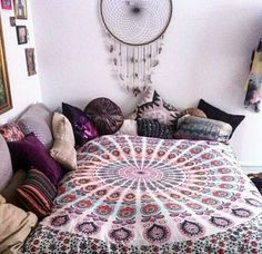 Mixing different shades of purple and pink looks so cute in boho dorm rooms! Mixing different shades of purple and pink looks so cute in boho dorm rooms! Boho Dorm Room, Cute Dorm Rooms, Cool Rooms, Dream Bedroom, Girls Bedroom, Bedroom Decor, Bedroom Ideas, Dream Rooms, Room Decor Boho