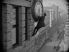Harold Lloyd in his iconic clock hanging scene from Safety Last. These Behind The Scene Images Show How Amazing Silent Film Special Effects Were Harold Lloyd, Charlie Chaplin, Max Schreck, Power Trip, Cute Kittens, Dracula, The Man Who Laughs, Film Effect, Creepy