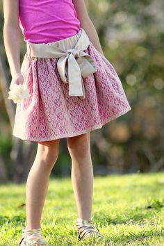 Adorable skirt tutorial, adding a sash Sewing Clothes, Diy Clothes, How To Make Skirt, Diy Couture, Skirt Tutorial, Cute Skirts, Girl Skirts, Kids Pants, Layered Skirt