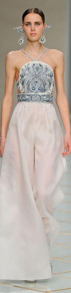 Guo Pei ofrece una silueta de pantalón Oxford en perfecto conjunto con un top completamente bordado en pedrería color plata. Escote delicioso y accesorios que hacen juego para completar el outfit nupcial. Vestidos de novias con pantalones para el civil.