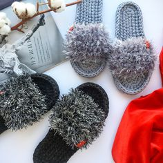 Slippers from t-shirt yar . Crochet Backpack Pattern, Free Crochet Bag, Crochet Slipper Pattern, Crochet Baby Hats, Crochet Slippers, Crochet Gifts, Crochet Clothes, Crochet Patterns, Diy Crochet Flowers