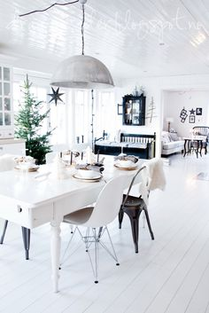 black and white room design home design design ideas Decoration Christmas, Home Goods Decor, Dining Room Design, Dining Area, Kitchen Dining, Dining Chairs, Dining Table, Home And Deco, House And Home Magazine
