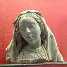 musée d'Abbeville. Fragment d'une Vierge de Pitié Têtes de la Vierge et du Christ, début XVIe siècle Pierre calcaire avec traces de polychromie