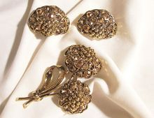 Wear me out Vintage Jewels on Ruby Lane 30% off Red Tag Sale starts Sat May 19 8:00 AM, ends Sun May 20 8:00 AM Pacific Time. Preview Sale now   Gorgeous Hollycraft Brooch Earring Set Topaz and golden color iridescent Rhinestones