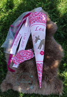 """Sie schreibt: """"Seit letztem Jahr bin ich der absolute #StoffLove Fan. Sie haben sooo viele schöne Stoffe. Und mit der großen Farbkarte kann man sich die Stoffe passend einfärben lassen."""" ... Zur Schultüte gibt es eine Geschwistertüte im ähnlichen Design. Meine Zuckertüten Nähe ich nach dem SM von #hübscheingefädelt #Ringeling die #Stickdatei""""ich liebe sie"""" ist von #Stickherz #Reh die Applikationsvorlage von der kleinen Tzckertüte ist das Reh #Leni von #Stuffdeluxe, Stoff ist von #StoffLove."""""""