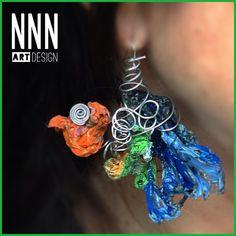 """""""surreal bird""""  orecchino in fusione di plastica e filo d'acciaio inox."""
