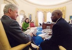 Simmie Knox with President Clinton at the White House