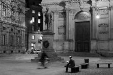 Io leggo da solo di Giuseppe Bartoli è una raccolta di foto di persone totalmente immerse nella lettura, colte per Milano. I protagonisti di queste foto pur trovandosi in luoghi pubblici, sono soli col loro libro, niente sembra distrarli. E per libro si intende il caro vecchio libro cartaceo. Calabrese ma residente a Milano, Giuseppe Bartoli, lavora nell'ambito delle tecnologie informatiche, fotografo per pura passione, giovane socio del Circolo Fotografico Milanese. Alcuni suoi scatti sono…