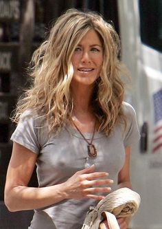 USA Australia and South Africa rights only US actress JENNIFER ANISTON leaving her trailer on the set of The Bounty filming inside the Ritz carlton. Jennifer Aniston Style, Jennifer Aniston Pictures, Jeniffer Aniston, Beauté Blonde, Us Actress, My Hairstyle, Sexy Older Women, Celebs, Celebrities