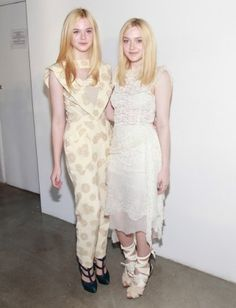Actresses Elle Fanning and Dakota Fanning attend the Rodarte Spring 2012 fashion show at Pace Gallery during Mercedes-Benz Fashion Week on September 2011 in New York City. Millie Bobby Brown, Dakota Fanning Y Elle, Elle Moda, Blue And White Outfits, Trendy Fashion, Fashion Show, Fanning Sisters, Beauté Blonde, Celebrity Siblings