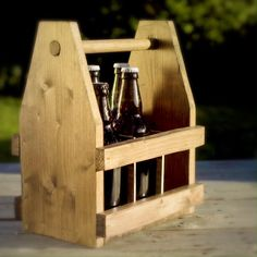 This Little Idea ~ Beer Tote How about a small DIY project that can be done in an afternoon? Woodworking Projects Diy, Diy Pallet Projects, Wooden Beer Caddy, Diy Furniture Videos, Furniture Online, Home Brewing Beer, Idee Diy, Planer, Wood Crafts