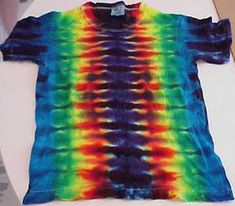 How To Tie-Dye Guide - complete instructions - The Basics of the Fan Fold - by Jeremy Wanamaker - pictures + descriptions Tie Dye Tips, Dyed Tips, How To Tie Dye, How To Dye Fabric, Diy Camisa, Tie Dye Folding Techniques, Ty Dye, Tie Dye Party, Diy Tie Dye Shirts