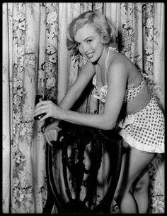 """1951 / Marilyn lors du tournage du film """"Love nest"""" ; Lorsque Marilyn signa son nouveau contrat avec la Fox, le studio avait l'intention de lui faire jouer un rôle de blonde sexy. « Love nest », une comédie légère, fut écrit sur mesure. C'était le onzième film d'une courte carrière essentiellement constituée de petits rôles. La présence de Marilyn, purement décorative, fit néanmoins du bruit. Le journaliste Sidney SKOLSKY écrivit que, lorsque Marilyn se déshabilla pour prendre une douche…"""