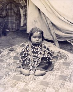 Cheyenne baby with lucky charm. Department of Anthropology, 1904 World's Fair. Un encant de criatura, oi?