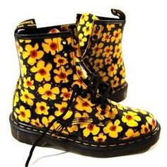 Sunflower Doc Martens bit too yellow for me! but very sunny Sock Shoes, Cute Shoes, Me Too Shoes, Shoe Boots, Shoe Bag, Soft Grunge, Grunge Style, Doc Martens Stiefel, Doc Martens Boots