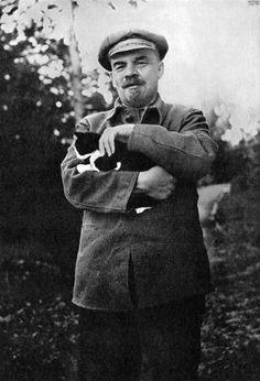Lenin with cat. 1922.
