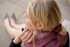 Scrunchie aus feinem Tuchloden. Der Scrunchie bietet ein angenehmes Tragegefühl und ist schonend zu den Haaren. Egal für welche Frisur, ob Pferdeschwanz, Dutt oder zu einer Flechtfrisur, der Haargummi passt einfach immer! Scrunchy made of fine cloth loden. The scrunchy gives a pleasant feeling and is gentle to the hair. No matter for which hairstyle, whether ponytail, bun or to a braided hairstyle, the scrunchy simply always fits! #scrunchie #hairstyle #haarschonend Moderne Outfits, Elegant, Casual Outfits, Gift Ideas, Pink, Gifts, Fashion, Confident Woman, Traditional Clothes