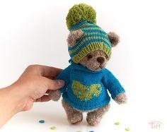 Cute amigurumi teddy bear toy Leonard, crochet stuffed plush bear animal with clothes Teddy Bear Toys, Pom Pom Hat, Alpaca Wool, Plush Animals, Winter Hats, Crochet, Artist, Cute, Handmade
