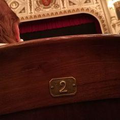 Esperando la función #teatroprincipalzaragoza #zaragoza #zaragozamola #zaragozaciudadana #igerszgz #streetphotography #elgatoladrando #elgatoqueladra #huawei #huaweip9 #huaweiessence