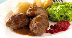 Hjemmelagde kjøttkaker Få hele familien inn på kjøkkenet, finn frem foodprocessoren og sett i gang. Kjøttkakemiddag er superenkelt å lage og smaker kjempegodt. 400 g kjøttdeig1.5 ts salt0.25 ts pepper0.25 ts malt muskat0.25 ts malt ingefær2 ss potetmel1.5 dl vann (eller melk)2 ss smør1 pose brun saus8 stk potetGrønn