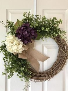 Cool Pretty Wreath Decor Ideas To Hang On Your Door. When most of us think of front door wreaths we think circle, evergreen and Christmas. Wreaths come in all types … Spring Door Wreaths, Autumn Wreaths, Summer Wreath, Christmas Wreaths, Wreath Fall, Easter Wreaths, Diy Wreath, Grapevine Wreath, Wreath Ideas